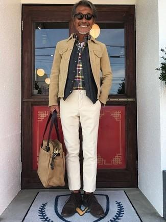 Как и с чем носить: светло-коричневая замшевая куртка-рубашка, черный стеганый жилет, разноцветная рубашка с длинным рукавом в шотландскую клетку, бежевые брюки чинос