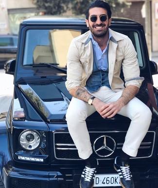 Как и с чем носить: бежевая куртка-рубашка, синий джинсовый жилет, голубая рубашка с длинным рукавом, белые брюки чинос