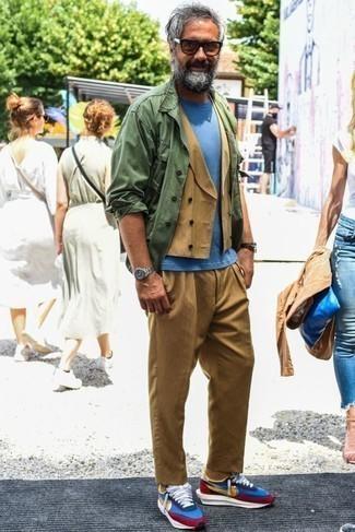 Светло-коричневые брюки чинос: с чем носить и как сочетать: Оливковая куртка-рубашка и светло-коричневые брюки чинос отлично впишутся в любой мужской образ — непринужденный будничный образ или же элегантный вечерний. Ты можешь легко адаптировать такой ансамбль к повседневным реалиям, завершив его разноцветными кроссовками.