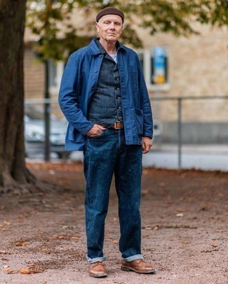 Мужские луки: Лук из темно-синей куртки-рубашки и темно-синих джинсов позволит выглядеть модно, но при этом подчеркнуть твой индивидуальный стиль. Закончив образ коричневыми кожаными брогами, ты привнесешь в него классическую нотку.