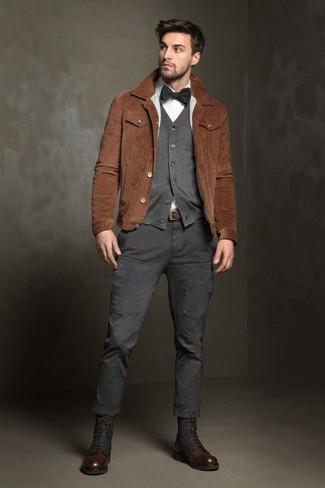 Как и с чем носить: коричневая замшевая куртка-рубашка, серый кардиган, белая классическая рубашка, темно-серые брюки карго