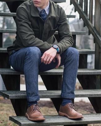 С чем носить темно-синие носки мужчине: Оливковая шерстяная куртка-рубашка и темно-синие носки позволят создать простой и функциональный образ для выходного в парке или вечера в пабе с друзьями. Теперь почему бы не добавить в повседневный ансамбль чуточку изысканности с помощью коричневых кожаных туфель дерби?
