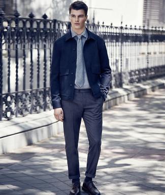 Как и с чем носить: темно-синяя шерстяная куртка-рубашка, серая классическая рубашка, темно-серые шерстяные классические брюки, темно-красные кожаные туфли дерби