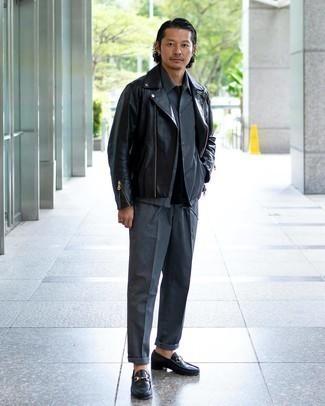 С чем носить серую куртку-рубашку мужчине: Несмотря на то, что этот ансамбль выглядит довольно выдержанно, дуэт серой куртки-рубашки и серых классических брюк приходится по вкусу стильным мужчинам, покоряя при этом сердца прекрасных дам. Черные кожаные лоферы — хороший вариант, чтобы завершить образ.