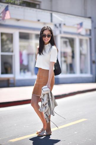 Белая кофта с коротким рукавом: с чем носить и как сочетать женщине: Белая кофта с коротким рукавом и светло-коричневая юбка-карандаш — великолепный вариант, если ты ищешь лёгкий, но в то же время стильный лук. Чтобы ансамбль не получился слишком вычурным, можно дополнить его серыми замшевыми сандалиями на плоской подошве.