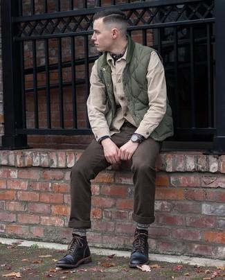 С чем носить оливковую стеганую куртку без рукавов мужчине: Оливковая стеганая куртка без рукавов в сочетании с темно-коричневыми брюками чинос позволит выразить твой индивидуальный стиль и выгодно выделиться из серой массы. Уравновесить ансамбль и добавить в него немного классики позволят черные кожаные повседневные ботинки.