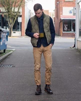 С чем носить оливковую стеганую куртку без рукавов мужчине: Если ты любишь выглядеть стильно, чувствуя себя при этом комфортно и расслабленно, стоит попробовать это сочетание оливковой стеганой куртки без рукавов и светло-коричневых брюк чинос. Не прочь добавить сюда немного строгости? Тогда в качестве обуви к этому луку, выбирай черные кожаные повседневные ботинки.