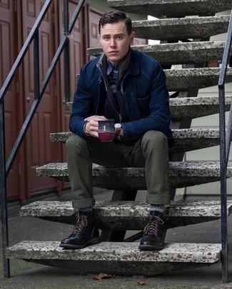 С чем носить темно-синюю куртку-рубашку мужчине: Темно-синяя куртка-рубашка и оливковые брюки чинос — великолепное решение для свидания с подругой или похода в бар с друзьями. В этот лук очень легко интегрировать пару черных кожаных повседневных ботинок.