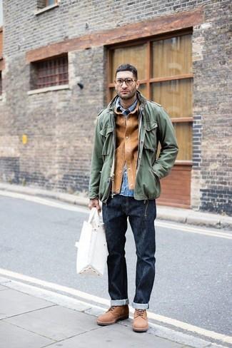 Как и с чем носить: светло-коричневая замшевая куртка-рубашка, оливковая куртка в стиле милитари, синяя джинсовая рубашка, темно-синие джинсы
