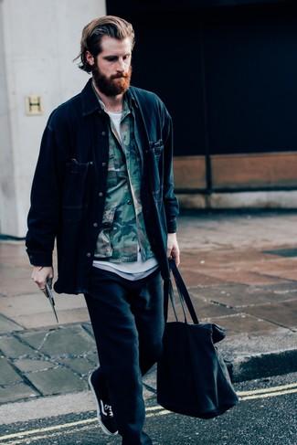 Как и с чем носить: темно-синяя джинсовая куртка-рубашка, оливковая куртка-рубашка с камуфляжным принтом, белая футболка с круглым вырезом, черные спортивные штаны
