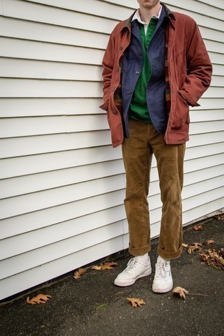 Мужские луки в теплую погоду: Темно-синяя куртка-рубашка в сочетании со светло-коричневыми вельветовыми брюками чинос поможет выразить твою индивидуальность и выгодно выделиться из общей массы. Ты можешь легко приспособить такой лук к повседневным делам, завершив его белыми кожаными низкими кедами.
