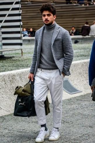 Темно-серые носки: с чем носить и как сочетать мужчине: Если этот день тебе предстоит провести в движении, сочетание оливковой куртки-рубашки и темно-серых носков позволит создать удобный лук в расслабленном стиле. Хочешь добавить сюда немного классики? Тогда в качестве дополнения к этому ансамблю, стоит обратить внимание на белые кожаные низкие кеды.