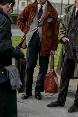 """С чем носить серый шерстяной пиджак с узором """"гусиные лапки"""" мужчине: Несмотря на то, что этот ансамбль кажется весьма выдержанным, сочетание серого шерстяного пиджака с узором """"гусиные лапки"""" и темно-серых классических брюк всегда будет по душе стильным молодым людям, но также пленяет при этом сердца представительниц прекрасного пола. Весьма органично здесь будут смотреться черные кожаные лоферы с кисточками."""