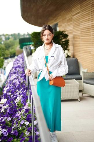 Модный лук: белая куртка-рубашка, темно-бирюзовое шелковое платье-макси, белые низкие кеды, табачная кожаная сумка через плечо