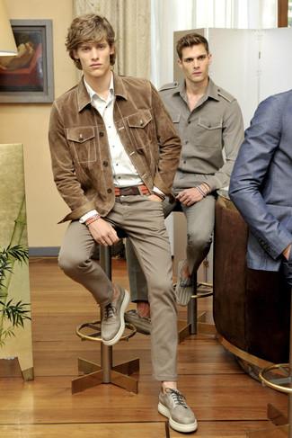 Как и с чем носить: светло-коричневая замшевая куртка-рубашка, белая рубашка с длинным рукавом, коричневые брюки чинос, бежевые кожаные туфли дерби
