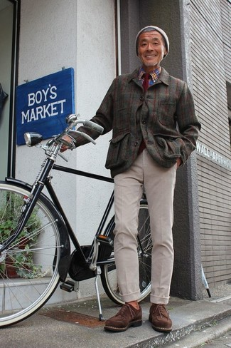 Как и с чем носить: оливковая фланелевая куртка-рубашка в клетку, синяя рубашка с длинным рукавом в шотландскую клетку, бежевые брюки чинос, темно-коричневые замшевые туфли дерби