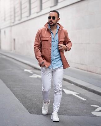 Как и с чем носить: розовая куртка-рубашка, голубая рубашка с длинным рукавом из шамбре, белые брюки чинос, белые кожаные низкие кеды