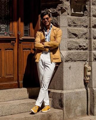 Как и с чем носить: светло-коричневая куртка-рубашка, голубая рубашка с длинным рукавом, белые брюки чинос, желтые замшевые низкие кеды