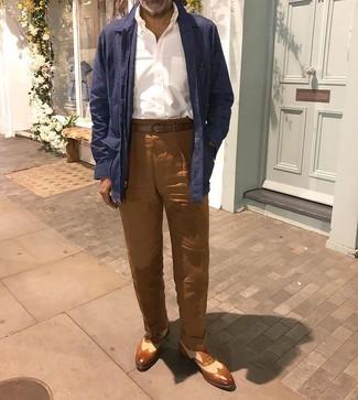 Как и с чем носить: темно-синяя льняная куртка-рубашка, белая рубашка с длинным рукавом, коричневые льняные брюки чинос, коричневые кожаные броги
