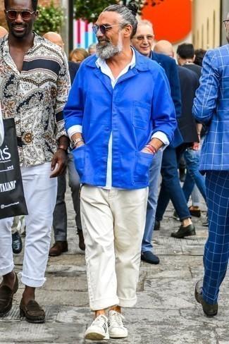 Модные мужские луки 2020 фото в теплую погоду: Если ты принадлежишь к той немногочисленной категории мужчин, неплохо ориентирующихся в трендах, тебе подойдет лук из синей куртки-рубашки и белых брюк чинос. Такой ансамбль несложно приспособить к повседневным условиям городской жизни, если завершить его бело-черными кожаными низкими кедами.
