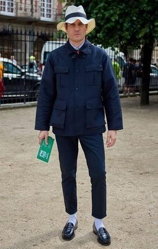 Темно-синяя бандана: с чем носить и как сочетать мужчине: Если ты запланировал сумасшедший день, сочетание темно-синей куртки-рубашки и темно-синей банданы поможет создать функциональный лук в стиле casual. Не прочь сделать лук немного элегантнее? Тогда в качестве обуви к этому луку, стоит обратить внимание на черные кожаные лоферы.