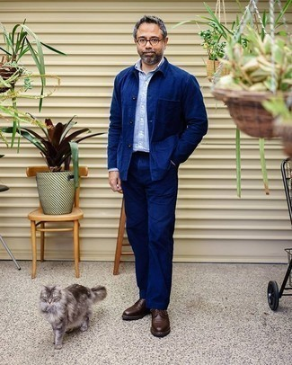 С чем носить темно-синюю куртку-рубашку мужчине: Темно-синяя куртка-рубашка и темно-синие брюки чинос — беспроигрышный мужской лук для ужина с друзьями. Разнообразить ансамбль и добавить в него немного классики позволят темно-коричневые кожаные туфли дерби.