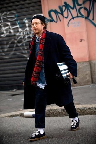 Мужские луки: Современным мужчинам, которые предпочитают быть в курсе последних тенденций, советуем взять на вооружение это сочетание бело-темно-синей рубашки с длинным рукавом в вертикальную полоску.