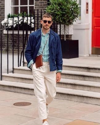 С чем носить темно-синюю куртку-рубашку мужчине: Темно-синяя куртка-рубашка и белые брюки чинос несомненно украсят твой гардероб. Почему бы не добавить в этот ансамбль чуточку расслабленности с помощью белых низких кед из плотной ткани?