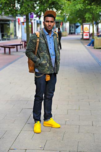 Как и с чем носить: оливковая куртка-рубашка с камуфляжным принтом, синяя рубашка с длинным рукавом, темно-синие джинсы, желтые кожаные низкие кеды
