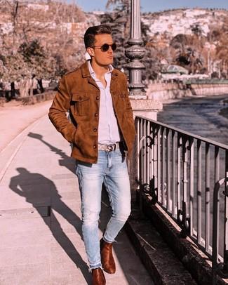 Как и с чем носить: табачная замшевая куртка-рубашка, голубая рубашка с длинным рукавом в вертикальную полоску, голубые джинсы, табачные кожаные ботинки челси