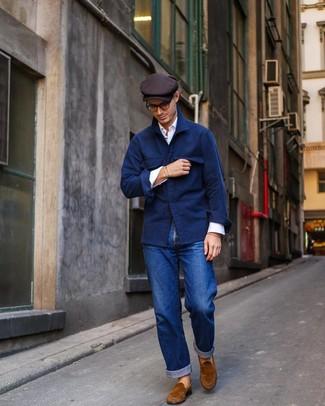 Как и с чем носить: темно-синяя шерстяная куртка-рубашка, белая рубашка с длинным рукавом, синие джинсы, табачные замшевые лоферы