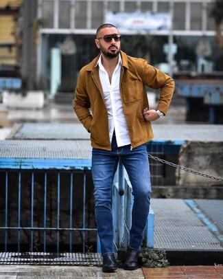 Как и с чем носить: табачная куртка-рубашка, белая рубашка с длинным рукавом, синие джинсы, черные кожаные ботинки челси