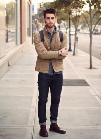 Темно-красные кожаные ботинки дезерты: с чем носить и как сочетать: Стильное сочетание светло-коричневой куртки-рубашки и темно-синих джинсов позволит выразить твой личный стиль и выигрышно выделиться из серой массы. Пара темно-красных кожаных ботинок дезертов выигрышно вписывается в этот ансамбль.