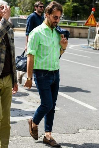 Коричневые кожаные лоферы: с чем носить и как сочетать мужчине: Несмотря на то, что это достаточно простой образ, тандем темно-синей куртки-рубашки и темно-синих джинсов приходится по душе джентльменам, покоряя при этом сердца женского пола. Думаешь сделать лук немного элегантнее? Тогда в качестве дополнения к этому ансамблю, выбери коричневые кожаные лоферы.