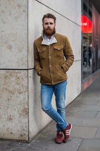 С чем носить белую рубашку с длинным рукавом мужчине: Если у вас на работе отсутствует дресс-код, обрати внимание на это образ из белой рубашки с длинным рукавом и синих джинсов. В тандеме с этим образом наиболее выигрышно будут смотреться темно-красные низкие кеды из плотной ткани.