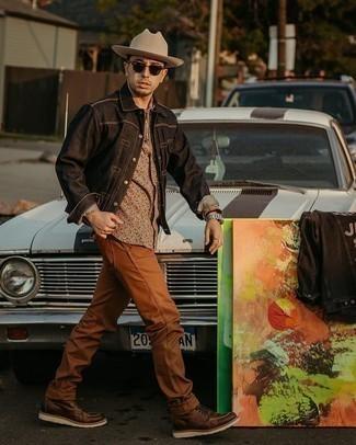 Мужские луки: Собираясь в вечера в кино или кафе с дамой сердца, обрати внимание на сочетание черной джинсовой куртки-рубашки и табачных джинсов. Темно-коричневые кожаные повседневные ботинки становятся прекрасным дополнением к твоему образу.