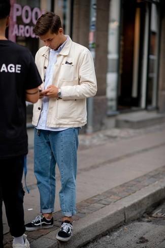 Мужские луки весна: Бежевая куртка-рубашка в сочетании с синими джинсами поможет подчеркнуть твою индивидуальность и выигрышно выделиться из толпы. Такой ансамбль легко адаптировать к повседневным реалиям, если надеть в тандеме с ним черно-белые низкие кеды из плотной ткани. Это сочетание вещей отлично подходит для того времени, когда на смену студеной зиме приходит приятная весна.