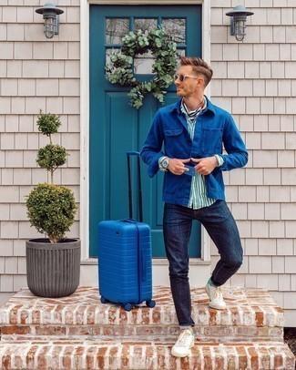 С чем носить темно-синюю куртку-рубашку мужчине: Несмотря на свою легкость, дуэт темно-синей куртки-рубашки и темно-синих джинсов приходится по душе стильным молодым людям, покоряя при этом сердца дамского пола. Любишь незаурядные сочетания? Тогда дополни свой лук бело-зелеными кожаными низкими кедами.