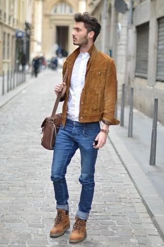 Как и с чем носить: коричневая замшевая куртка-рубашка, белая рубашка с длинным рукавом, синие зауженные джинсы, коричневые кожаные повседневные ботинки
