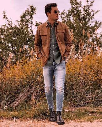 Как и с чем носить: табачная куртка-рубашка, оливковая рубашка с длинным рукавом, голубые рваные зауженные джинсы, черные кожаные ботинки челси