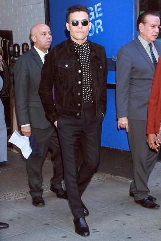 Черная вельветовая куртка-рубашка: с чем носить и как сочетать мужчине: Несмотря на то, что это довольно консервативный образ, дуэт черной вельветовой куртки-рубашки и черных классических брюк всегда будет по вкусу джентльменам, но также покоряет при этом дамские сердца. Черные кожаные ботинки челси чудесно впишутся в лук.