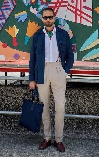 Темно-красные кожаные лоферы: с чем носить и как сочетать мужчине: Несмотря на то, что это классический лук, образ из темно-синей куртки-рубашки и бежевых классических брюк всегда будет по вкусу стильным молодым людям, пленяя при этом сердца представительниц прекрасного пола. Очень недурно здесь будут выглядеть темно-красные кожаные лоферы.