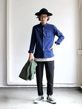 С чем носить прозрачные солнцезащитные очки мужчине: Если ты делаешь ставку на комфорт и практичность, оливковая куртка-рубашка и прозрачные солнцезащитные очки — превосходный выбор для расслабленного мужского ансамбля на каждый день. Прекрасно здесь будут выглядеть темно-сине-белые высокие кеды из плотной ткани.