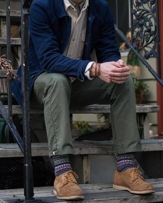 С чем носить темно-синюю куртку-рубашку мужчине: Согласись, дуэт темно-синей куртки-рубашки и оливковых брюк чинос смотрится очень привлекательно? Думаешь добавить в этот ансамбль толику нарядности? Тогда в качестве обуви к этому ансамблю, обрати внимание на коричневые замшевые туфли дерби.