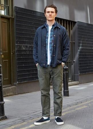 Темно-синяя рубашка с длинным рукавом в шотландскую клетку: с чем носить и как сочетать мужчине: Сочетание темно-синей рубашки с длинным рукавом в шотландскую клетку и оливковых брюк чинос без сомнений будет обращать на себя взгляды красивых дам. Что касается обуви, можно завершить лук темно-сине-белыми слипонами из плотной ткани.