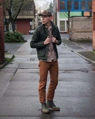 С чем носить коричневую бейсболку мужчине: Темно-зеленая куртка-рубашка и коричневая бейсболка — замечательная формула для создания стильного и практичного лука. Очень удачно здесь выглядят темно-зеленые кожаные повседневные ботинки.