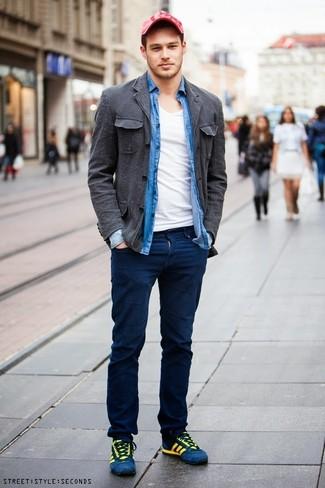 Как и с чем носить: темно-серая хлопковая куртка-рубашка, синяя рубашка с длинным рукавом из шамбре, белая футболка с v-образным вырезом, темно-синие брюки чинос