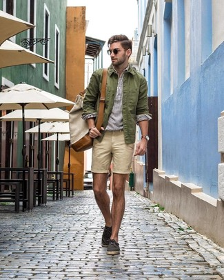 Как и с чем носить: оливковая куртка-рубашка, белая льняная рубашка с длинным рукавом в вертикальную полоску, бежевые шорты, темно-серые эспадрильи из плотной ткани