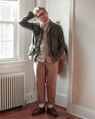 Мужские луки: Любишь выглядеть дорого? Тогда дуэт оливковой куртки-рубашки и светло-коричневых брюк чинос - это то, что тебе нужно. Очень модно здесь выглядят коричневые кожаные ботинки дезерты.