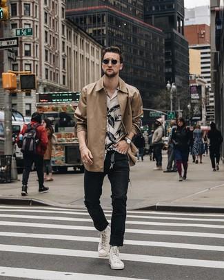 Как и с чем носить: светло-коричневая куртка-рубашка, бело-черная рубашка с коротким рукавом с цветочным принтом, черные рваные джинсы, белые высокие кеды